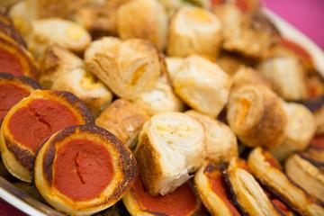 Pizzette rosse e rustici ripieni