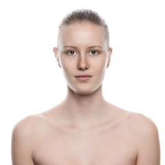 Hübsche junge Frau mit nackten Schultern