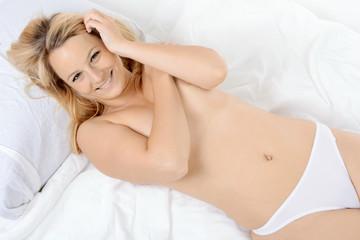 Frau liegt entspannt im Bett
