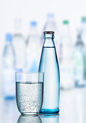 Mineralwasser mit Glas