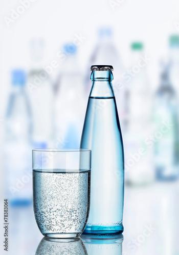 Papiers peints Eau Mineralwasser mit Glas