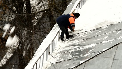 snowremover on roof