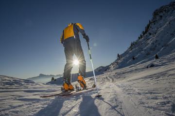 Scialpinista all'alba verso la vetta