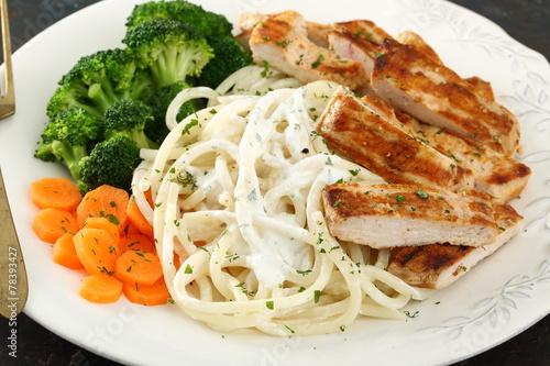 pasto completo spaghetti carne e verdure - 78393427