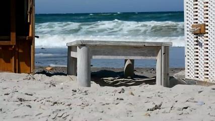 Blick zwischen den Strandkörben auf das Meer