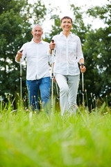 Paar Senioren macht gemeinsam Nordic Walking