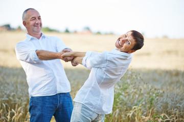 Paar Senioren beim Tanzen im Sommer
