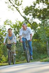 Paar Senioren macht Radtour im Sommer