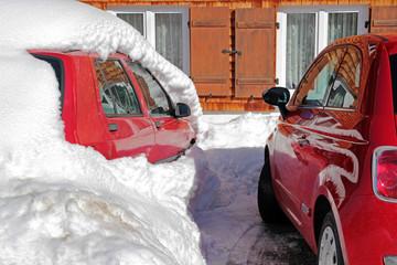 Zwei rote Autos im Winter