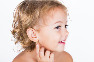 bambina con orecchino