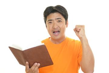 ノートを持つ男性