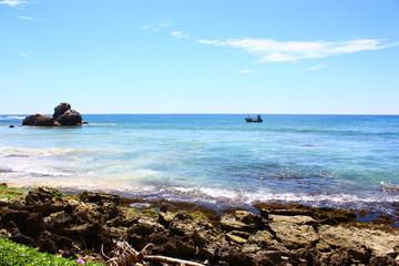 Моторная лодка рядом с берегом индийского океана
