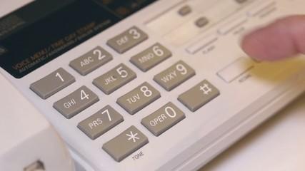 Weibliche hand wählt eine Telefonnummer