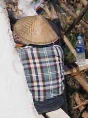 Mujer trabajando pagoda de Sagaing (Myanmar)