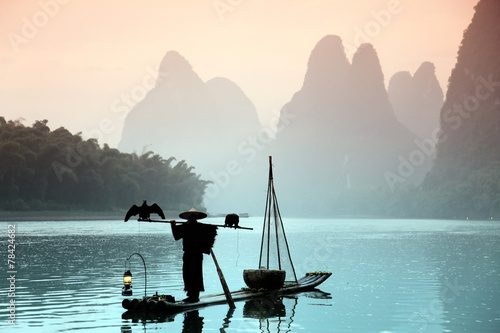 Staande foto Guilin Chinese man fishing with cormorants birds