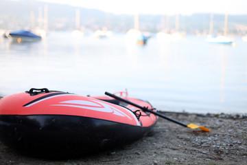 Rot-schawrzes Schlauchboot am Ufer