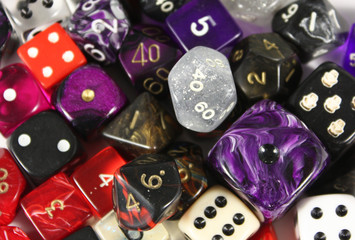 Würfel, viele verschiedene bunte Spielwürfel, Hintergrund