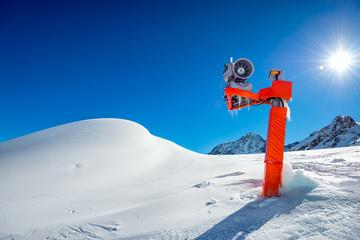 Schneekanone im Skigebiet - Snow cannon at the ski resort