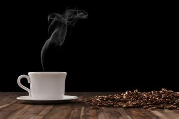 Frischer dampfender Kaffee in Tasse