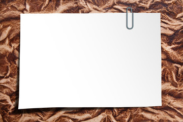 Blatt Papier mit Büroklammer
