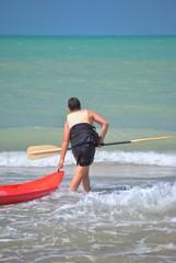 Ragazzo al mare col kayak