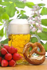 Bayern, Bier , Bierglas und Biergarten am Oktoberfest