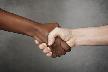 poignée de mains homme blanc femme noire