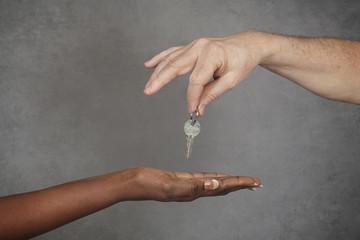 homme blanc donnant clé femme noire