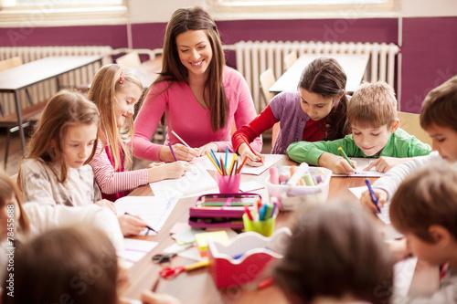 Leinwanddruck Bild Children in elementary school on the workshop with their teacher