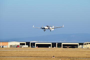 Propellerflugzeug beim Landeanflug