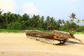 Рыболовецкая лодка на берегу
