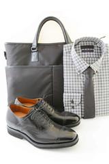 ビジネスバッグと靴とシャツ