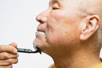 髭を剃るシニア