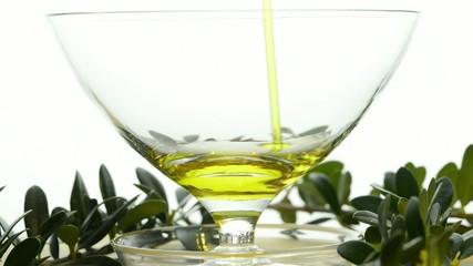 Olivenöl läuft in eine Glasschale