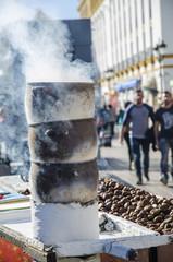 Puesto callejero de castañas cocidas en Sevilla, España.