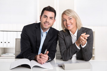 Lachendes Business Paar oder Team im Büro