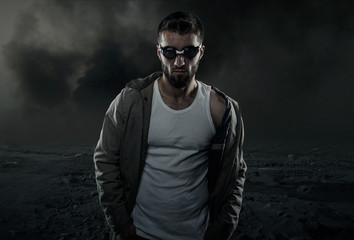 Attraktiver Mann mit Schwimmbrille in dunkler Wüste