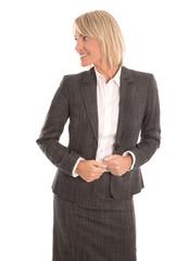 Ältere Business Frau isoliert blickt lächelnd zur Seite