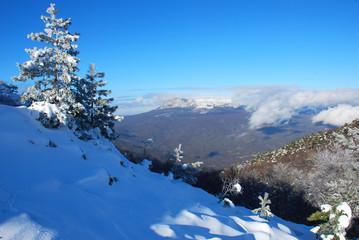 Солнечный зимний день в заснеженных горах