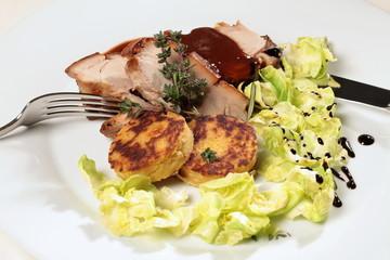 Schweinbraten mit Kartoffelplätzchen und Salat