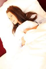 Frau schläft in Bett