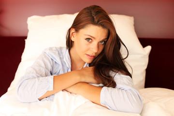 Frau sitzt im Bett
