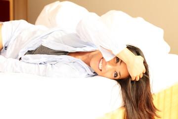 Glückliche Frau im Bett
