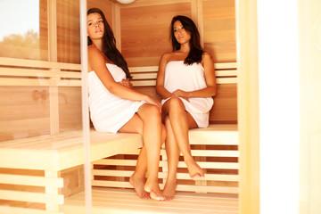 Zwei junge Frauen in Sauna