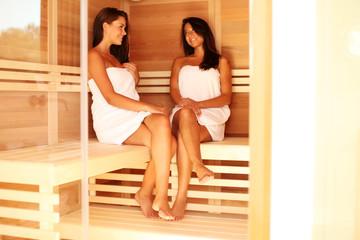 Zwei Frauen genießen Wellnessurlaub