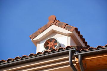 ventilador de aire acondicionado en un tejado