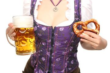 Frau in Tracht mit Bierkrug und Brezel