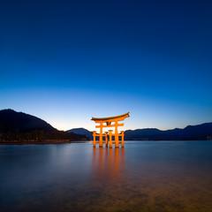 Miyajima Japan mit rotem Torii des Itsukushima Schreins