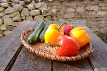 Gemüse auf Gartentisch