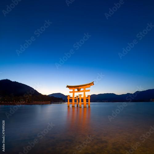 Foto op Canvas Japan Miyajima Japan mit rotem Torii des Itsukushima Schreins